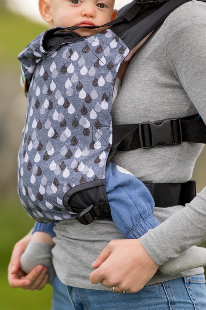 KahuBaby Carrier enables you to carry your child with three simple clicks.